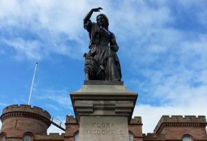 Statue de Flora MacDonald par Andrew Davidson, 1899, esplanade du château d'Inverness