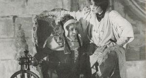 """Sarah Bernhardt dans """" La belle au bois dormant """", pièce de Jean Richepin et Henri Cain : documents iconographiques - 1907 - Gallica-BNF"""