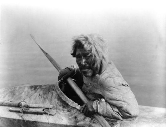 Inuit photographié vers 1929 lors de l'expédition Harriman. Inuit photographié vers 1929 par Edward Sheriff Curtis lors de l'expédition.