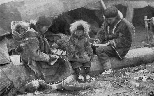 Photographie d'une famille inuite par George R. King parue dans la revue américaine The National Geographic Magazine volume 31 (1917), numéro de juin 1917, page 564