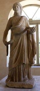 Hygie tient un serpent qui boit dans un bol (Villa Pia, un bâtiment de style Renaissance située dans les jardins du Vatican à Rome, et sert de siège aux Académies pontificales des sciences, des sciences sociales et de saint Thomas d'Aquin). (Photo Sailko, Wikimedia Commons)
