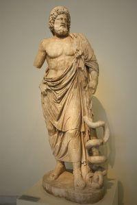 Asclépios, copie romaine (ca. 160 AD), d'un original du 4ème siècle av. J.-C. d'une statue d'Asclépios provenant du sanctuaire du dieu à Epidaure. Musée national d'Athènes. Photo par Giovanni Dall'Orto, Wikimedia Commons.