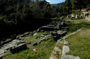 Amphiaraion d'Oropos. Vue vers le sud-ouest : l'autel, l'aire théâtrale, la source sacrée et le temple (Photo Nefasdicere, Wikimedia Commons)