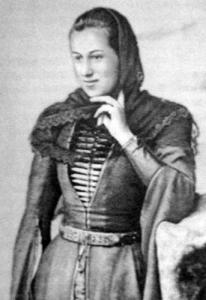 Jeune femme ossète en vêtements traditionnels, début du 20ème siècle (Wikimedia Commons)